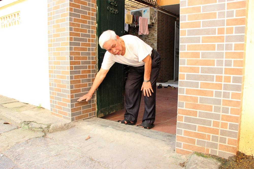 Gờ cổng của nhà GS.TSKH Trần Hữu Uyển được thiết kế cao hơn mặt đường để ngăn nước mưa tràn vào nhà.