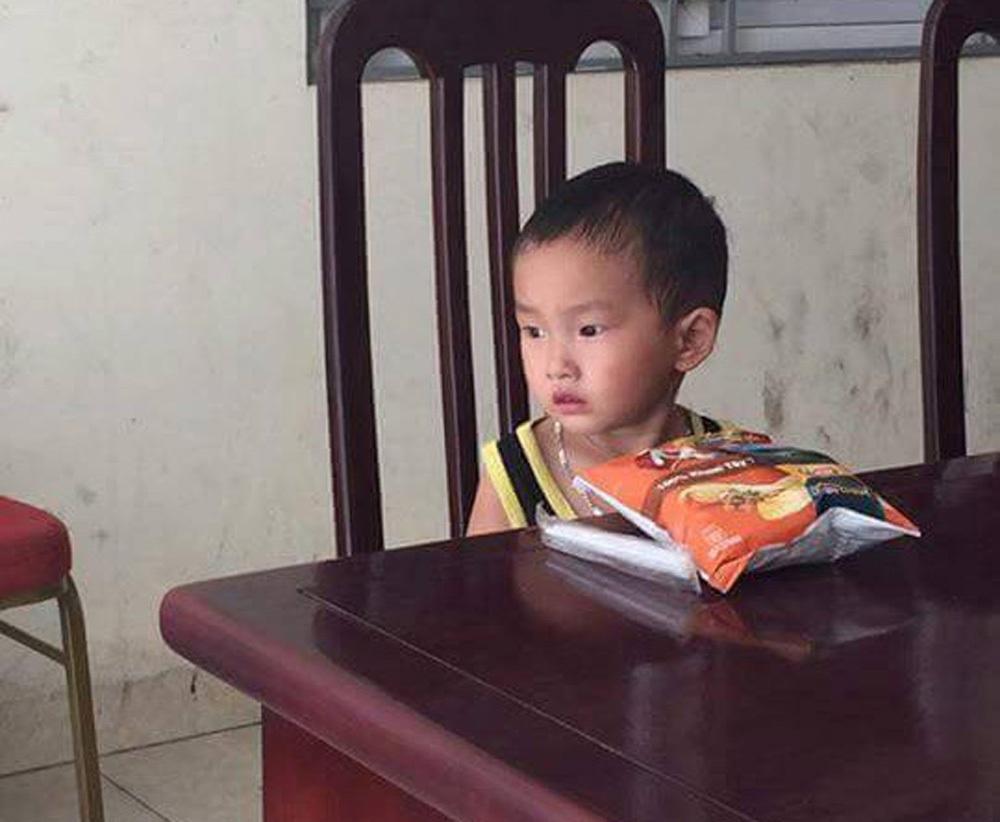 Bé trai này đã bị bố mẹ bỏ rơi kèm theo lá thư nhờ nuôi hộ (ảnh CTV cung cấp)