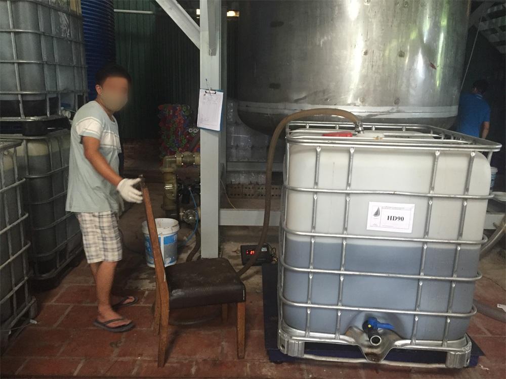 Mặc dù chưa có đánh giá tác động môi trường, nhưng hàng ngày cơ sở này vẫn sản xuất, pha chế chất phụ gia xi măng.