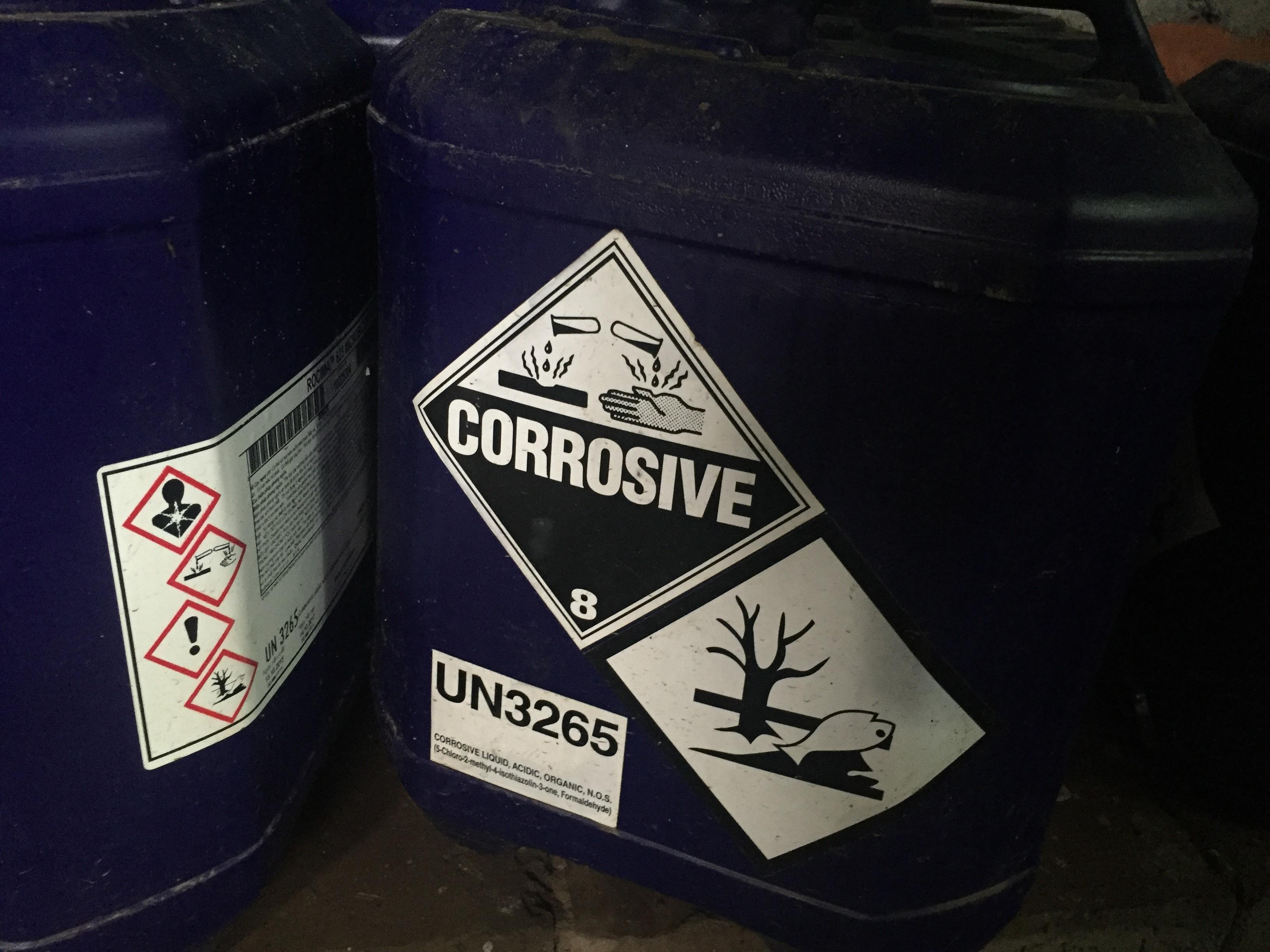 Những thùng nhựa bên ngoài có dán nhãn cảnh báo độc hại.