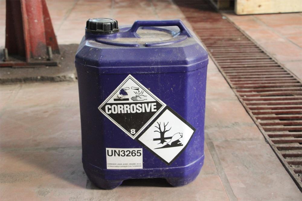 Tại kho của Công ty Hưng Hải có nhiều can nhựa được cho là chưa hóa chất độc hại vì bên ngoài có dán nhãn cảnh báo nguy hiểm.