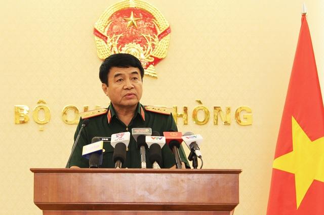 Thượng tướng Võ Văn Tuấn thông tin về nguyên nhân ban đầu khiến 2 máy bay gặp nạn (ảnh: Quý Đoàn).