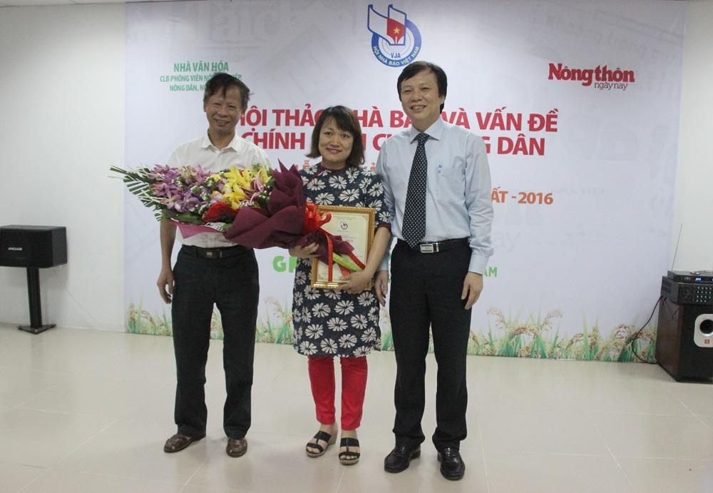 Nhà báo Nguyễn Thị Vân Anh đại diện cho nhóm tác giả báo Vietnamnet vinh dự lên nhận giải Nhất cuộc thi.
