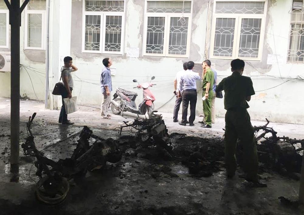 4 chiếc xe máy bị cháy trơ khung, cơ quan chức năng đang khám nghiệm hiện trường.