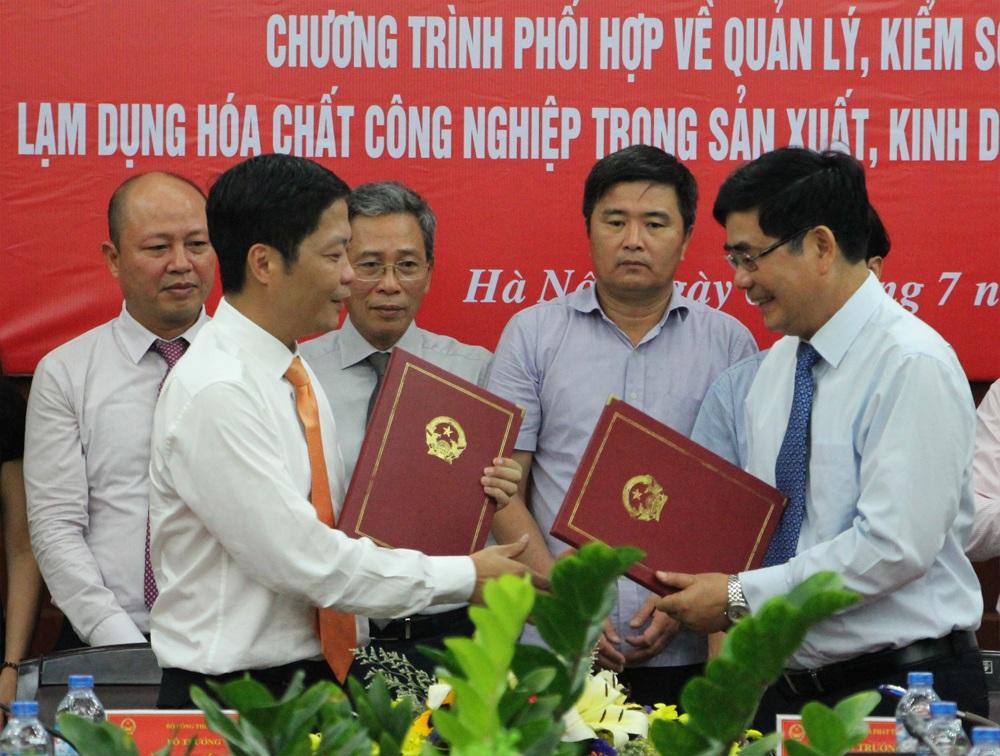 Bộ trưởng Bộ NN và PTNT và Bộ Công thương trao thỏa thuận hợp tác...