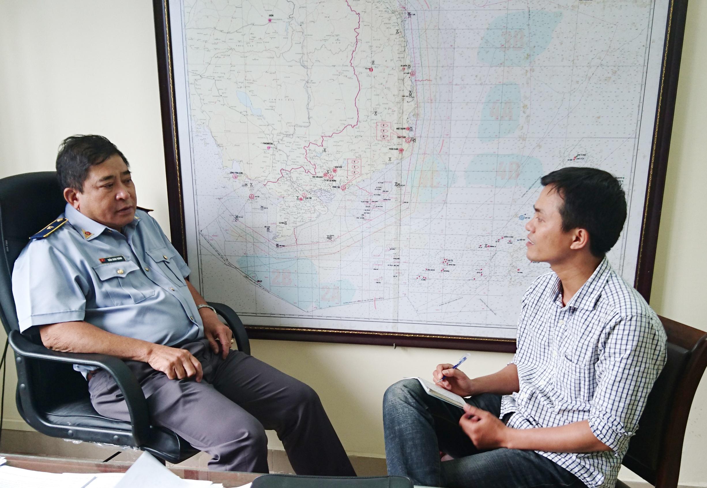 Ông Trần Xuân Thành (trái) trao đổi với PV Dân trí.