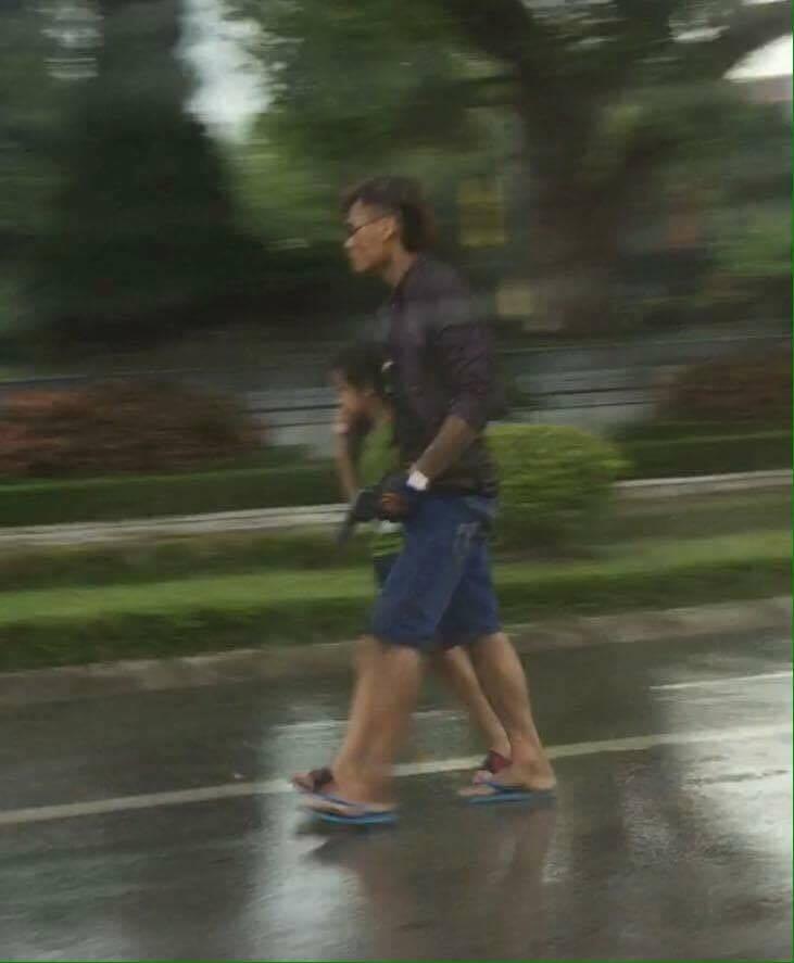 Đối tượng Doan đang dùng súng khống chế con trai của mình trên đường Hùng Vương (ảnh bạn đọc cung cấp).