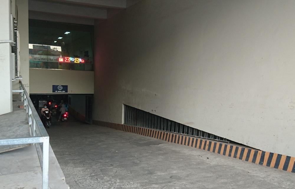 Khu vực tầng hầm gửi xe của tòa nhà HH4B cũng xuất hiện mùi hôi khó chịu.