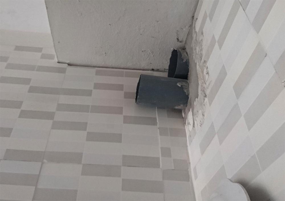 Để hạn chế mùi khó chịu từ khu vực bếp đun, nhà chị Hiển đã phải thiết kế một đường ống hút mùi riêng để xả khí ra khu ban công của nhà mình.