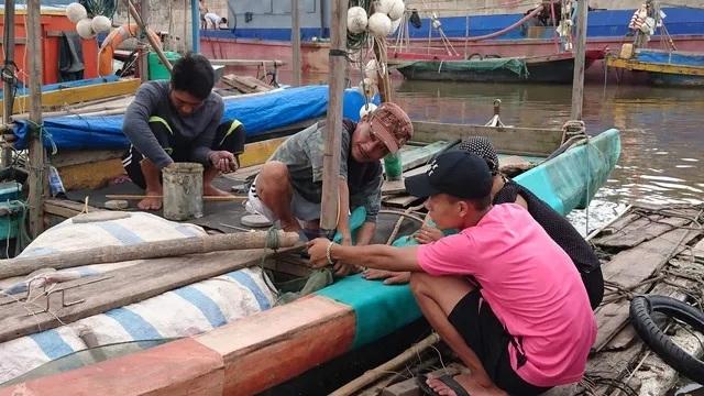 Ngư dân Hải Phòng neo buộc tàu thuyền trong chiều nay 27/7 (Ảnh: Hải Sâm).