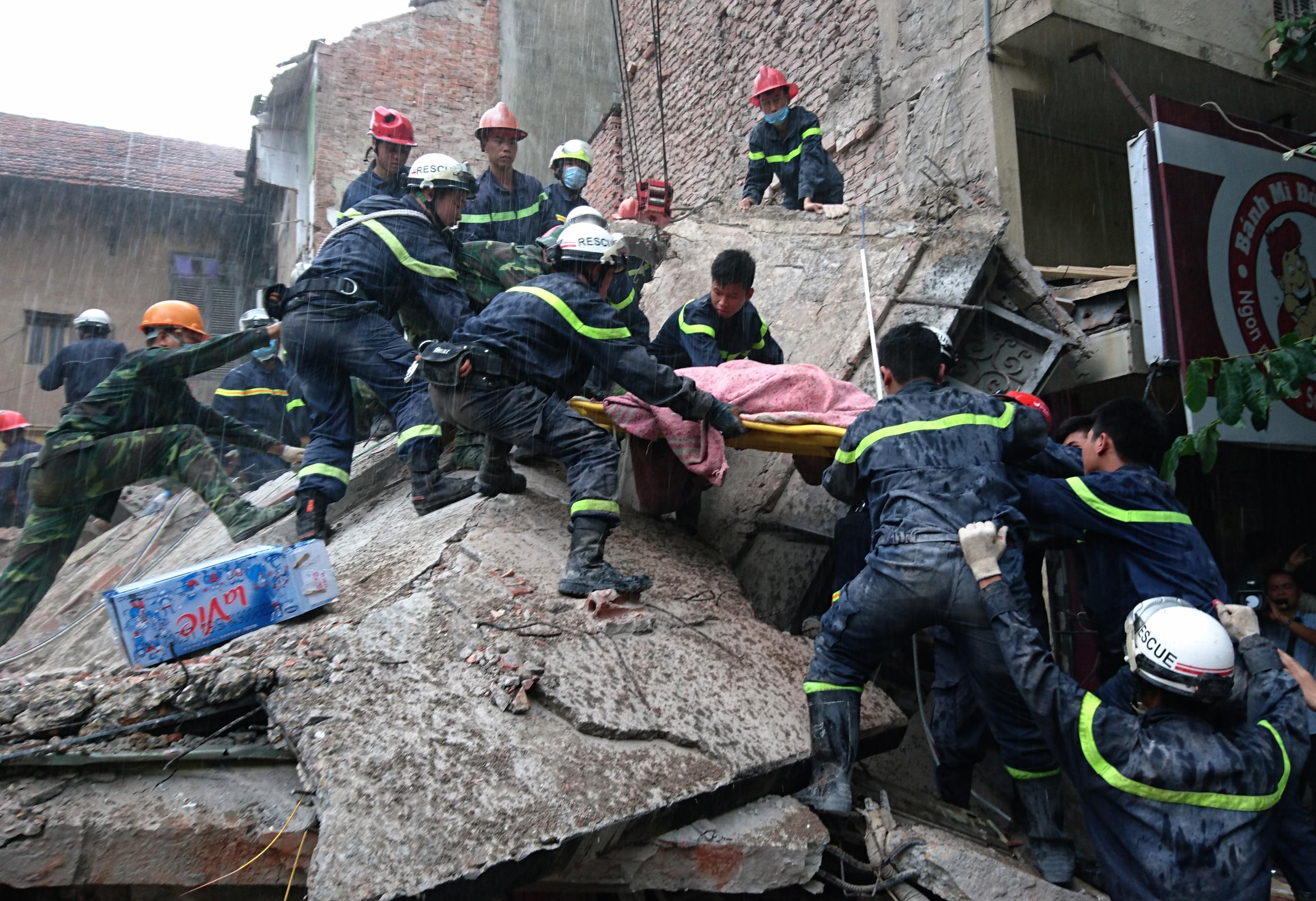 Vụ sập ngôi nhà số 43, phố Cửa Bắc sáng nay đã làm 2 người tử vong.