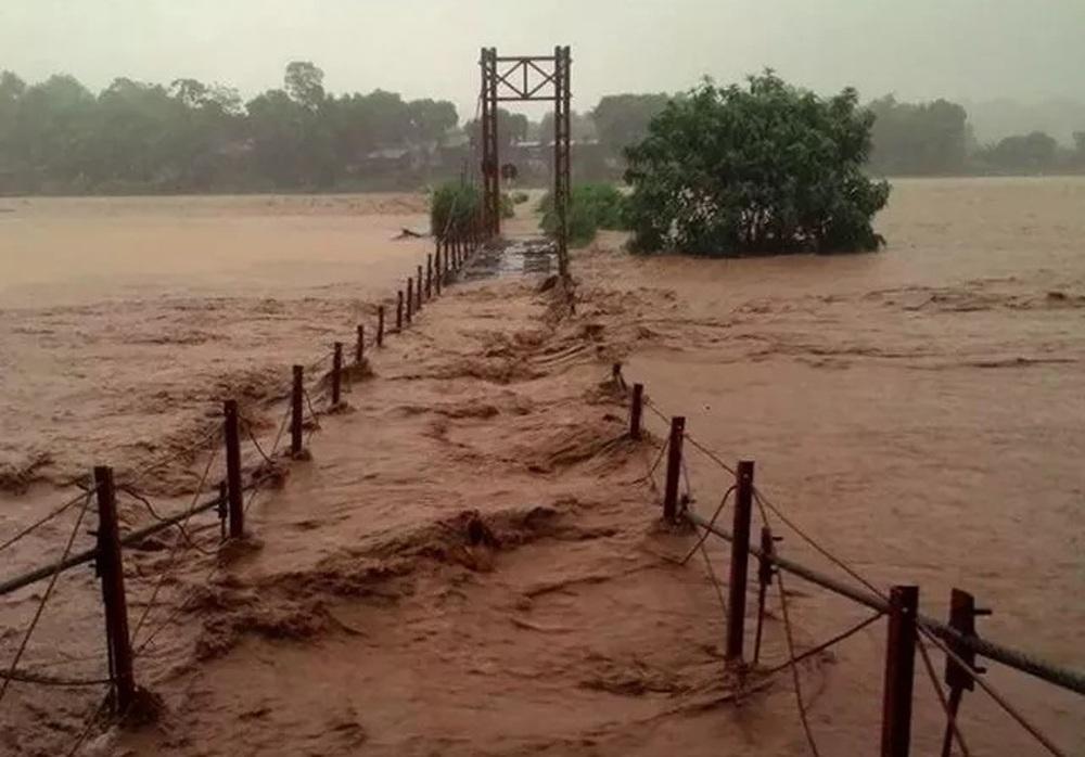 Lũ lớn cuồn cuộn ngập cầu treo tại Lào Cai, sáng 5/8 (Ảnh: Phạm Ngọc Triển).