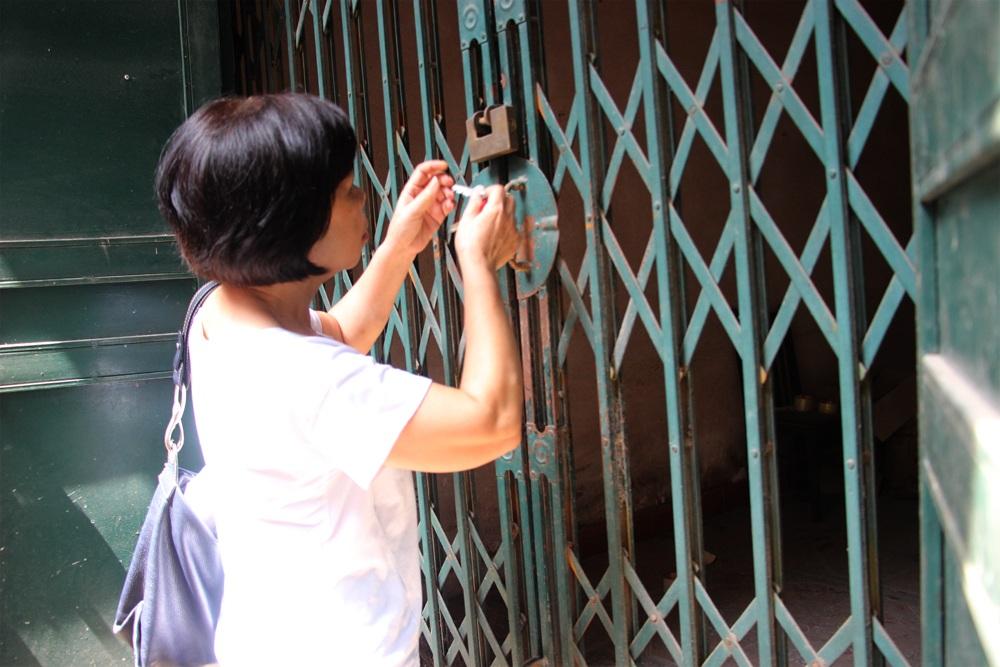 Bà Phạm Đỗ Thanh Thùy, chủ ngôi nhà số 177 mở cửa cho PV Dân trí vào xem thực tế sự xuống cấp, lún nghiêng của căn nhà này.