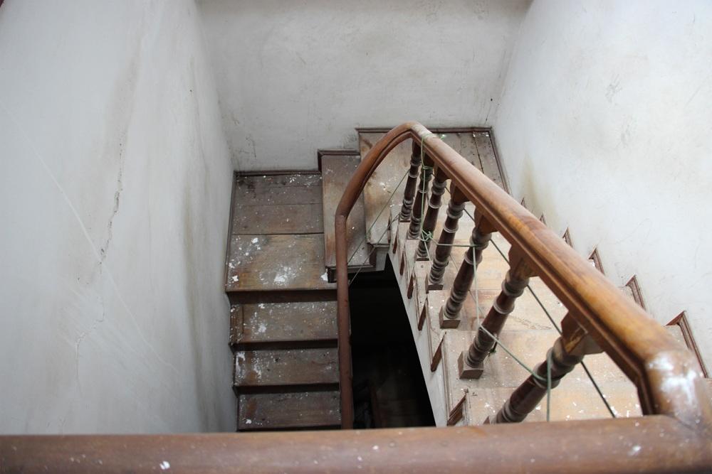 Cầu thang gỗ cũng xuống cấp theo thời gian.