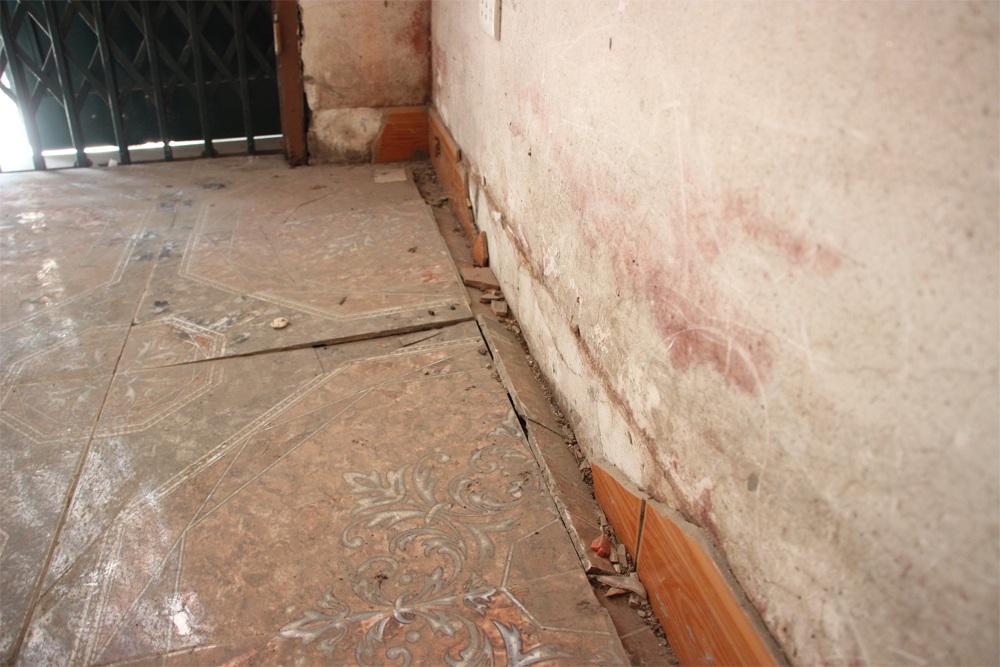Tường nhà nhiều chỗ bị bong tróc, nứt toác...