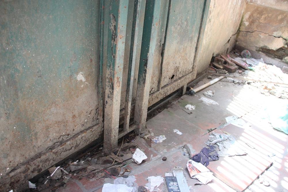 Cửa sắt bên ngoài bị hoen gỉ do nhiều năm không sử dụng.