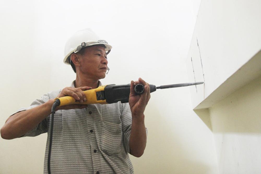 Cơ quan chức năng tiến hành lấy mẫu nhà số 177 và 179 để mang đi kiểm định chất lượng công trình.