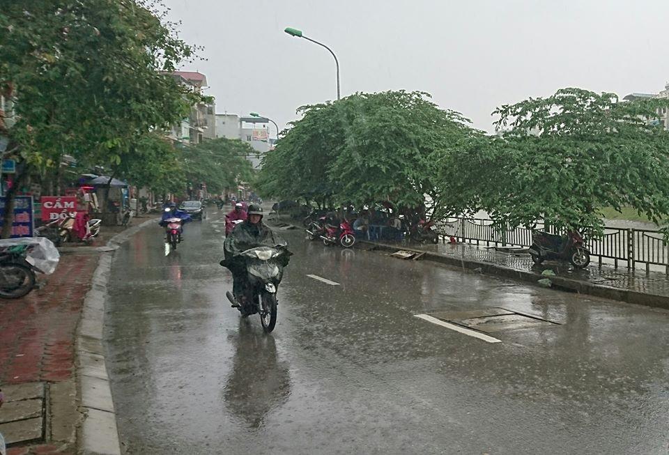 Suốt từ sáng nay, Hà Nội đã có mưa to rải rác. (ảnh chụp lúc 11h20 sáng 19/8 tại quận Thanh Xuân).