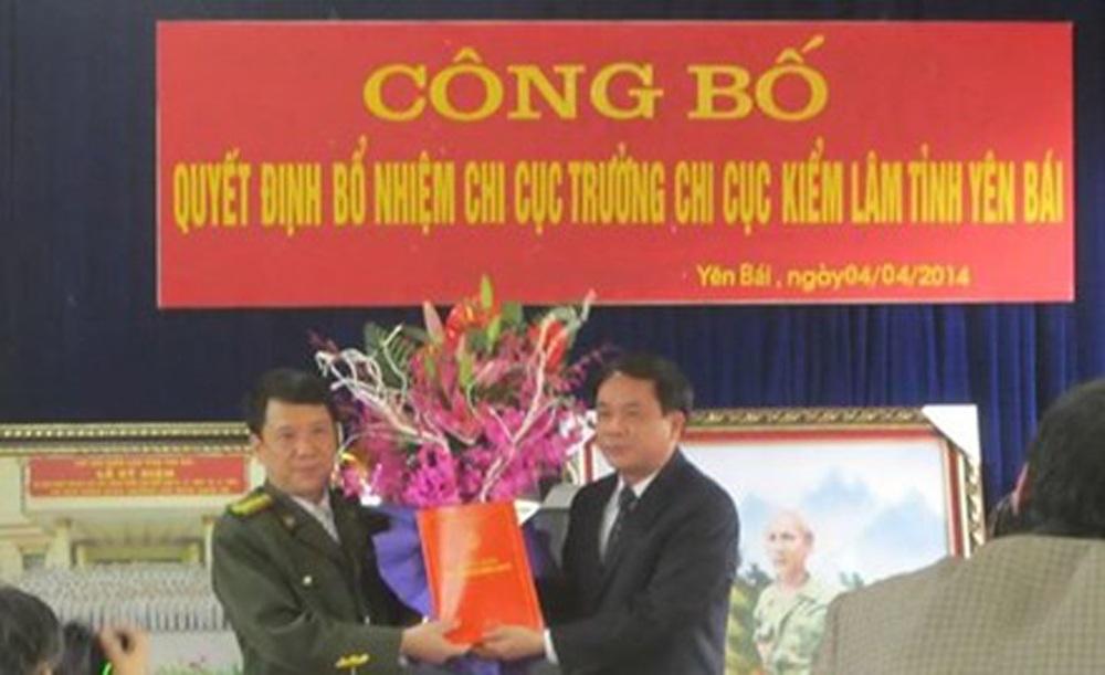 Ông Đỗ Cường Minh (bìa trái) khi được bổ nhiệm Chi cục trưởng Chi cục Kiểm lâm Yên Bái.