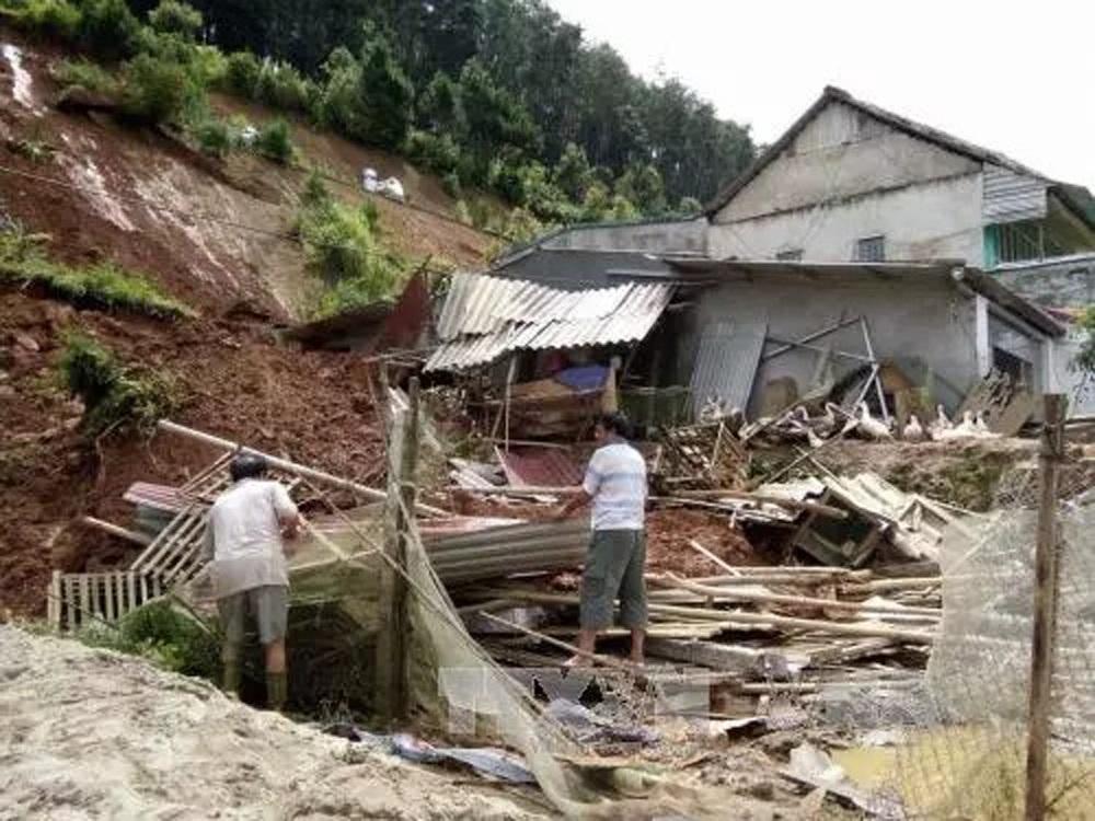 Công tác di dời dân mỗi khi có mưa lũ ở miền núi rất khó khăn nên khi xảy ra sạt lở thường gây hậu quả nghiêm trọng (Ảnh: Tuấn Anh – TTXVN).