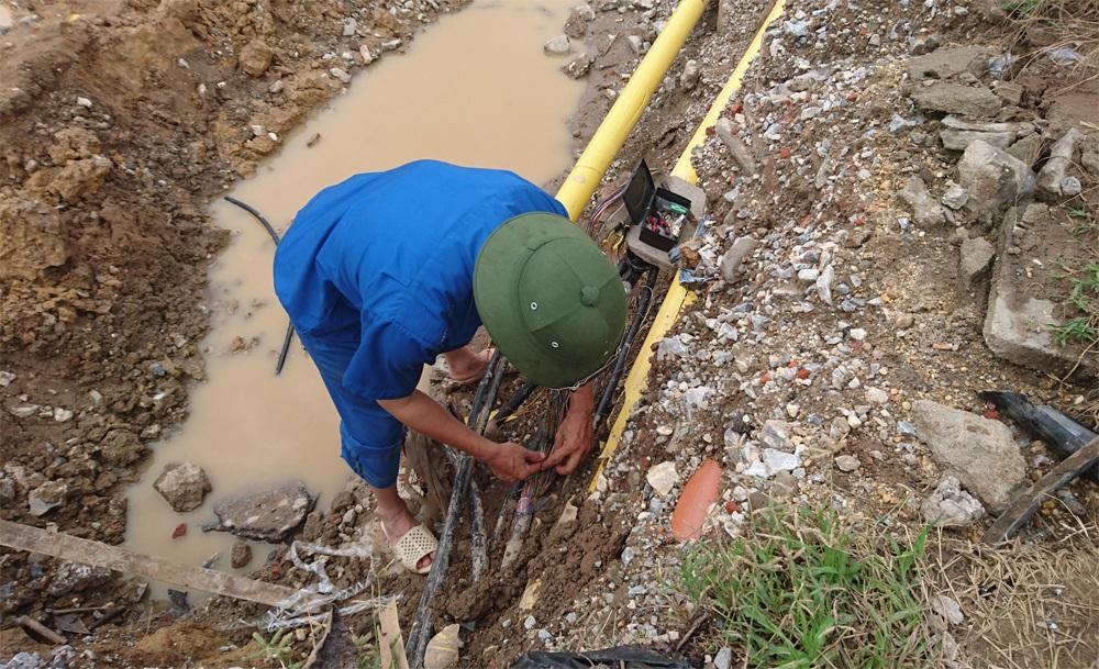 Người thợ sửa chữa mạng dây viễn thông này cho biết, mặc dù đã có người ra trông coi đề phòng đơn vị thi công làm hỏng hệ thống dây, nhưng vẫn không tránh khỏi sự cố.