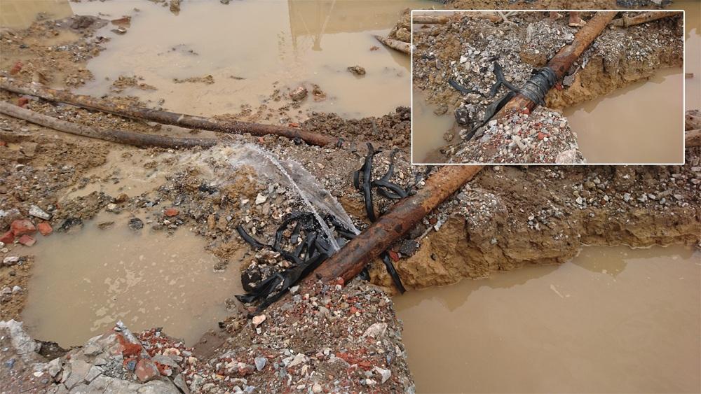 Điểm vỡ tuyến ống nước sạch có đường kính DN 200 tại số 105 đường Trường Chinh, xảy ra vào đêm 22/8 rạng sáng 23/8. Người dân khu vực đã dùng dây cao su để bịt vết vỡ không cho nước chảy ra.