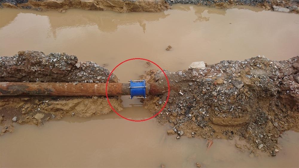 Một điểm vỡ tại số 105 đường Trường Chinh xảy ra cùng thời điểm trên nhưng đã được sửa chữa bằng thiết bị nối (măng sông).