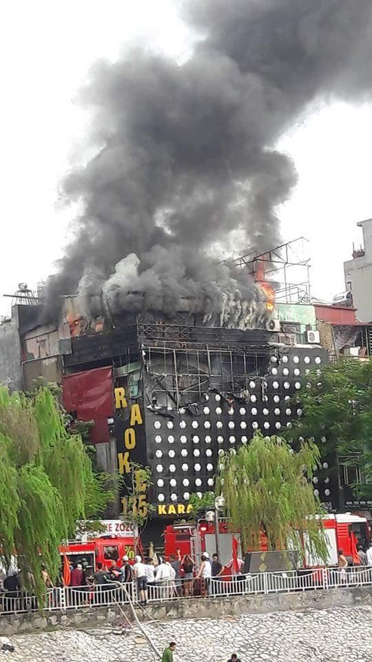 Nhiều xe, thiết bị cùng rất nhiều lính cứu hỏa được điều đến hiện trường, nhanh chóng tổ chức dập lửa.