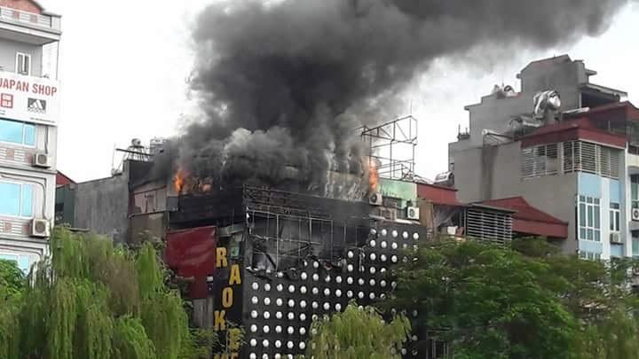 Hà Nội: Quán karaoke bốc cháy dữ dội, khói đen kịt một vùng - 5
