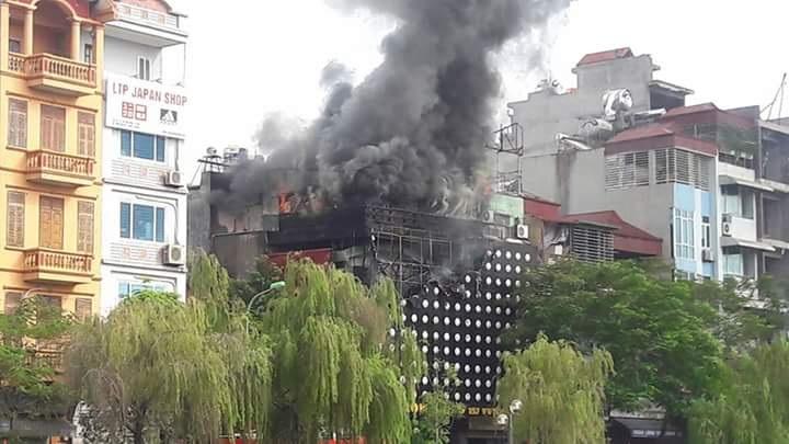 Khói lửa bao trùm quán karaoke gần sông Tô Lịch.