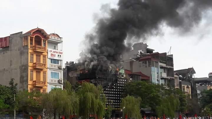 Hà Nội: Quán karaoke bốc cháy dữ dội, khói đen kịt một vùng - 4