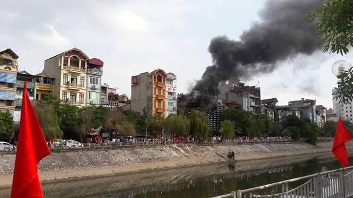 Lực lượng chữa cháy đã phải lấy nước sông Tô Lịch lên để dập đám cháy đang bốc lên dữ dội.
