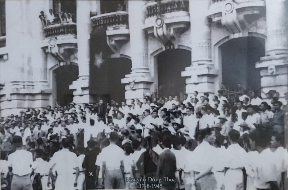 Ngày 17/8, tại quảng trường Nhà hát Lớn (Hà Nội), cuộc mít tinh do Chính phủ Trần Trọng Kim tổ chức đã bị phá vỡ và biến thành cuộc tuần hành thị uy của Việt Minh. Trong ảnh có Thiếu tướng Thoại (vị trí đánh dấu X) (Ảnh: Thiếu tướng Nguyễn Đồng Thoại cung cấp).