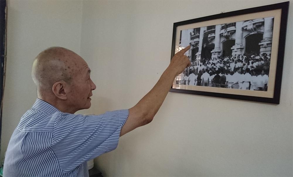 Thiếu tướng Nguyễn Đồng Thoại vừa chỉ vào tấm ảnh lịch sử, vừa kể lại cho phóng viên Dân trí về sự kiện lịch sử ngày 17/8/1945 tại quảng trường Nhà hát Lớn (Hà Nội).