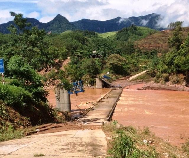 Cầu treo Lơ Nông trên địa bàn tỉnh Quảng Bình bị nước lũ cuốn trôi trong cơn bão số 4 (Ảnh: Đặng Tài).