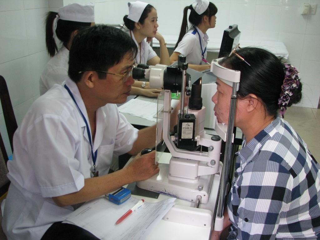 Người dân đi khám bệnh ở Bệnh viện Mắt Đà Nẵng
