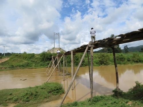 Để vào được thôn Noh Prông dạy học, giáo viên phải vượt qua cây cầu tạm thô sơ.