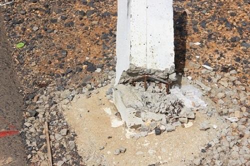 Cọc tiêu bằng bê tông đổ bất thường trên quốc lộ 14