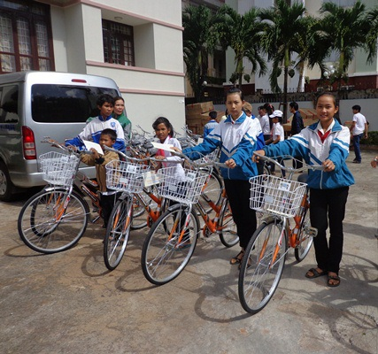 Niềm vui của học sinh nghèo khi được nhận xe đạp