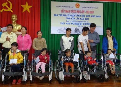 Trẻ em khuyết tật được nhận xe lăn