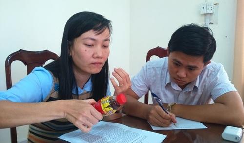 Cán bộ Chi cục Quản lý thị trường tỉnh Đắk Lắk tiến hành niêm phong chai Dr.Thanh để kiểm tra.
