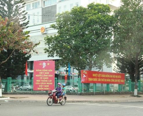 Băng rôn, biểu ngữ về Đại hội Đảng lần thứ XII rực rỡ phố núi