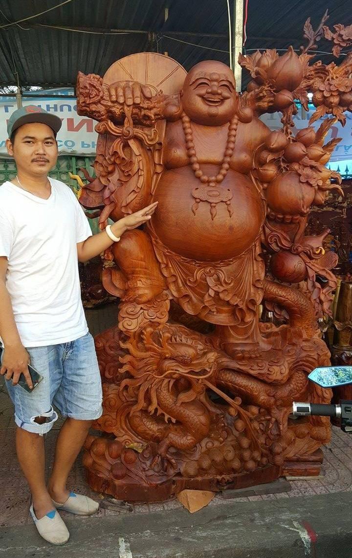 Tượng Phật Di Lặc đứng rồng bằng gỗ hương giá 275 triệu đồng.