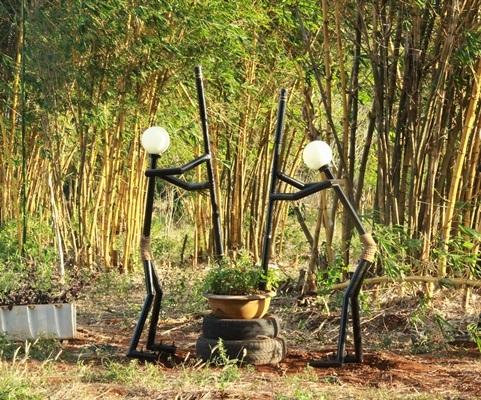 Mô hình người giã gạo làm từ sắt và bóng đèn cũ