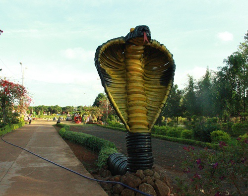 Mô hình rắn trước cổng công viên