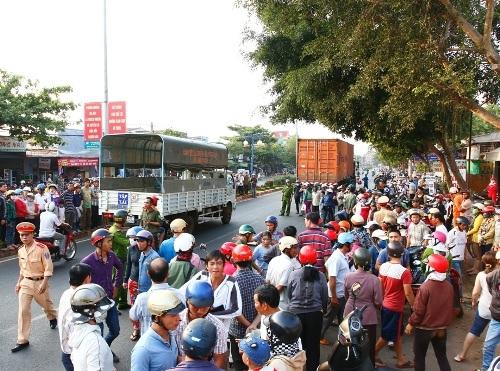 Rất đông người dân tập trung xung quanh khu vực xảy ra tai nạn.