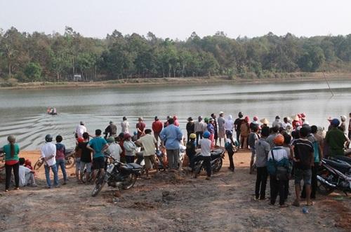 Người dân theo dõi lực lượng chức năng tìm kiếm nạn nhân mất tích trên hồ