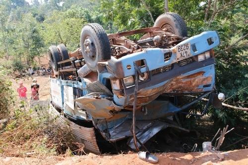 Xe tải chở gỗ lật ngửa sau va chạm