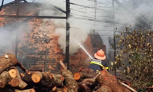 Ngọn lửa vẫn cháy âm ỉ trong lò khiến công tác dập lửa gặp khó khăn