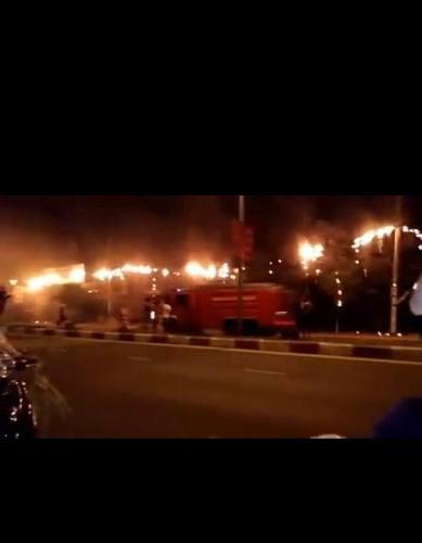 Vụ cháy khiến cả tuyến đường rực lửa (ảnh CTV)